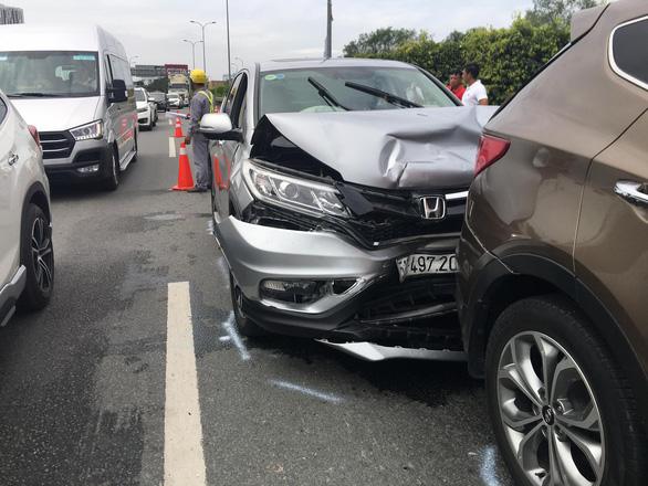 Bốn xe tông nhau trên cao tốc ngày đầu năm mới - Ảnh 2.