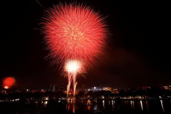 Chiêm ngưỡng pháo hoa từ đông sang tây thế giới tiễn một năm ảm đạm - Ảnh 2.