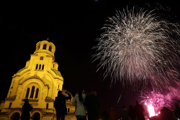 Chiêm ngưỡng pháo hoa từ đông sang tây thế giới tiễn một năm ảm đạm - Ảnh 8.
