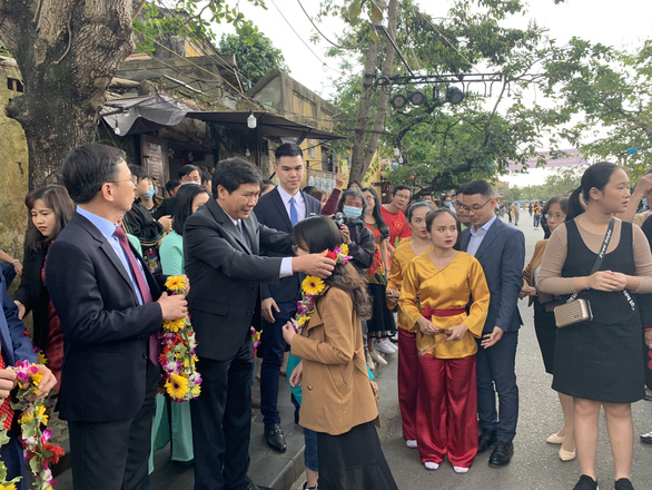 Lần đầu tiên phố cổ Hội An đón đoàn khách Việt vào xông đất - Ảnh 4.