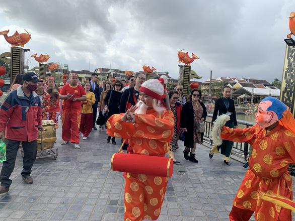 Lần đầu tiên phố cổ Hội An đón đoàn khách Việt vào xông đất - Ảnh 1.