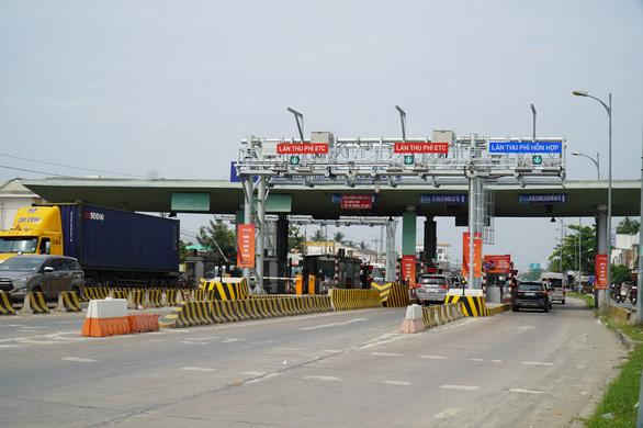 Trạm thu phí cầu Rạch Miễu liên tục xả trạm vì kẹt xe - Ảnh 2.