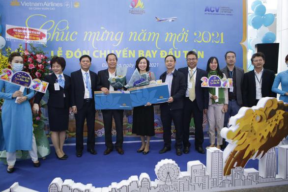 180 khách Hà Nội xông đất Đà Nẵng năm mới được nhận quà - Ảnh 1.