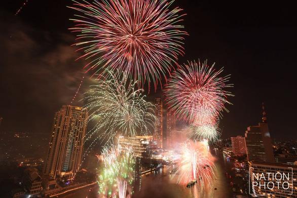 Bangkok bắn pháo hoa hoành tráng để vực dậy tinh thần người dân khi dịch lan nhanh - Ảnh 1.