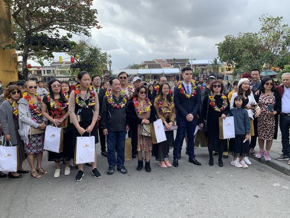 Lần đầu tiên phố cổ Hội An đón đoàn khách Việt vào xông đất - Ảnh 3.