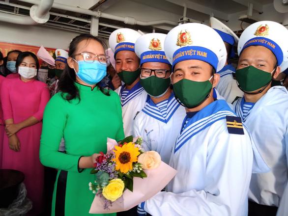 Bốn tàu hải quân chở quà tết ra Trường Sa - Ảnh 2.