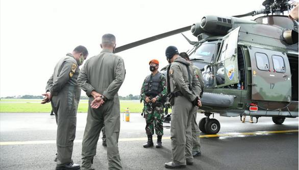 Tìm thấy nhiều mảnh thi thể từ vùng biển máy bay Indonesia rơi - Ảnh 1.