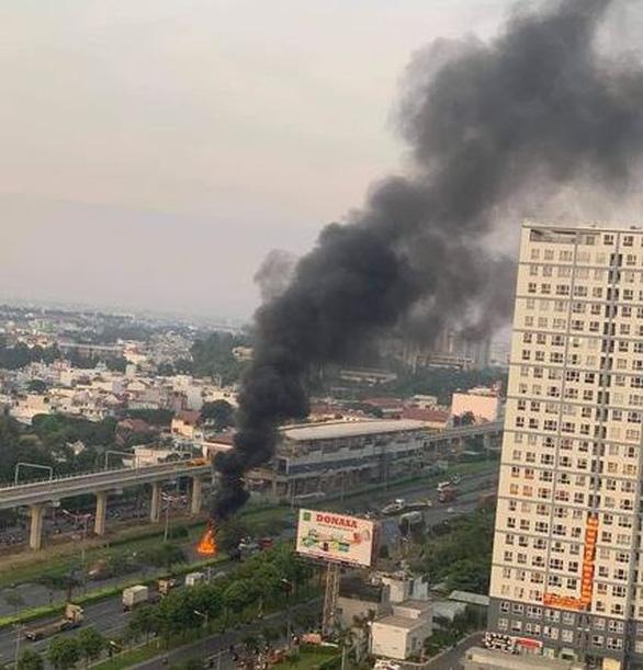 Khói lửa dữ dội nuốt chửng đầu xe container trên xa lộ Hà Nội, Thủ Đức - Ảnh 3.