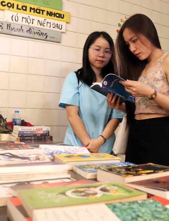 Bạn trẻ Sài Gòn mua đồ cũ làm từ thiện - Ảnh 4.