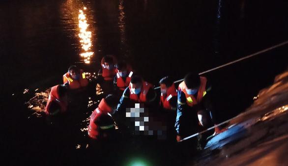 Người chăn bò rơi xuống hồ nước thải thiệt mạng, cảnh sát lặn tìm thi thể giữa khuya - Ảnh 1.