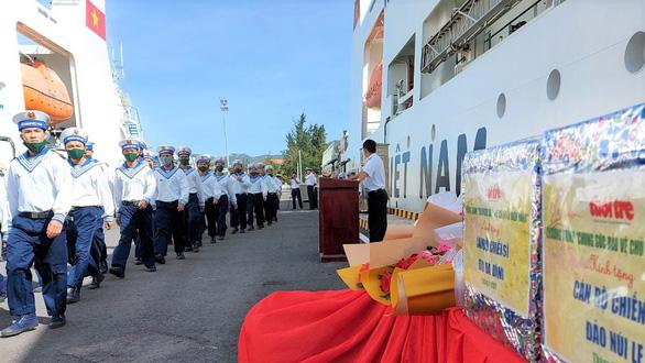 Bốn tàu hải quân chở quà tết ra Trường Sa - Ảnh 3.