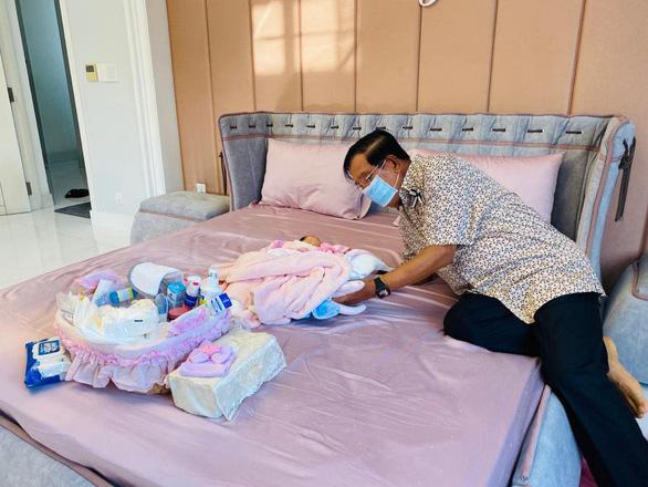 شهروندان اینترنتی کامبوج از تصویر نخست وزیر هون سن در مراقبت از نوه 22 خود لذت می برند - عکس 1.