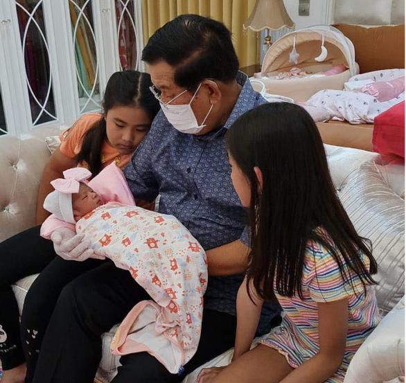 شهروندان اینترنتی کامبوج از تصویر نخست وزیر هون سن در مراقبت از نوه 22 خود لذت بردند - عکس 2.