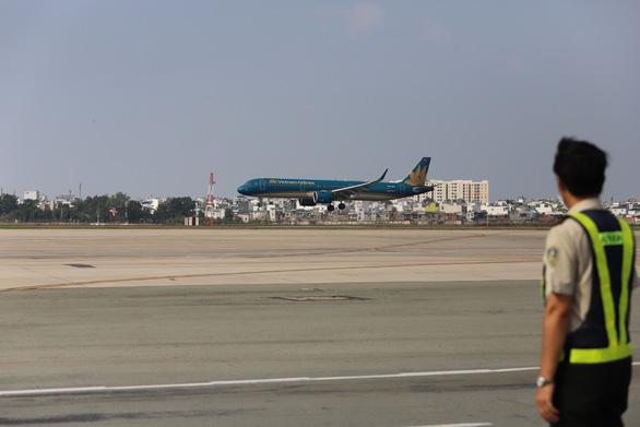 Chính thức đưa vào khai thác đường băng 2.000 tỉ đồng sân bay Tân Sơn Nhất - Ảnh 3.