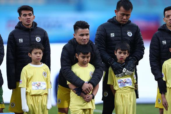 Ban tổ chức trận Siêu cúp quốc gia xin lỗi việc các cầu thủ nhí bị lạnh - Ảnh 1.