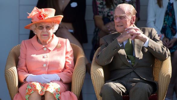 Giáo hoàng Francis và Nữ hoàng Anh Elizabeth tiêm vắc xin phòng COVID-19 - Ảnh 1.