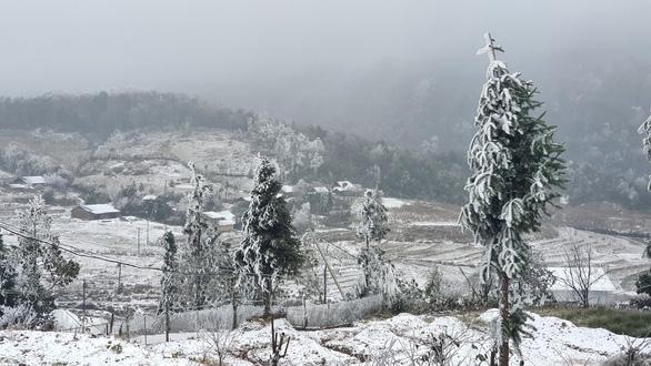Nhiệt độ xuống dưới 0 độ C, tuyết rơi phủ trắng Y Tý - Ảnh 10.