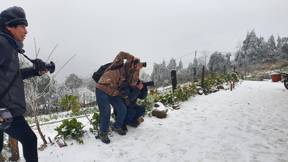Nhiệt độ xuống dưới 0 độ C, tuyết rơi phủ trắng Y Tý - Ảnh 6.
