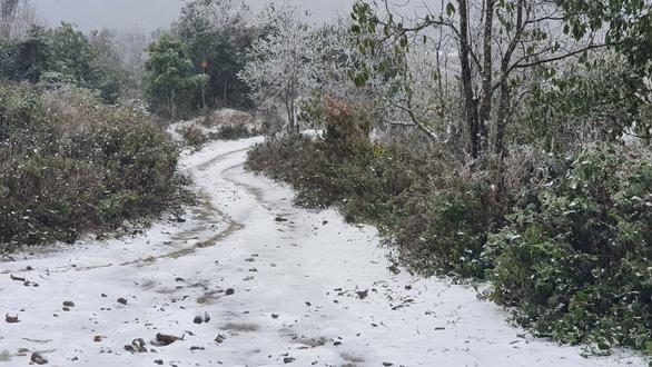 Nhiệt độ xuống dưới 0 độ C, tuyết rơi phủ trắng Y Tý - Ảnh 5.