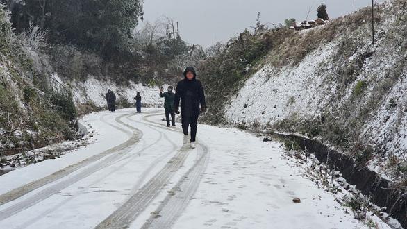 Nhiệt độ xuống dưới 0 độ C, tuyết rơi phủ trắng Y Tý - Ảnh 4.