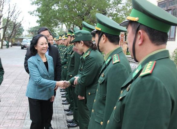Bà Trương Thị Mai thăm cán bộ, chiến sĩ giúp dân khắc phục hậu quả thiên tai - Ảnh 1.