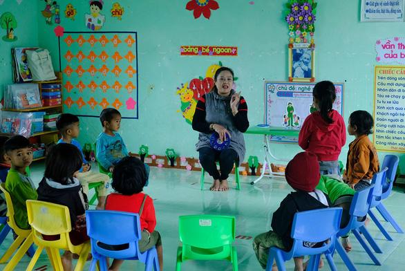Cô giáo vừa dạy vừa chạy sạt lở, 10 năm vay mượn tiền xây mới nhà 5 lần - Ảnh 1.
