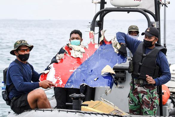 Vụ máy bay rơi tại Indonesia: Bắt đầu trục vớt 2 hộp đen - Ảnh 3.
