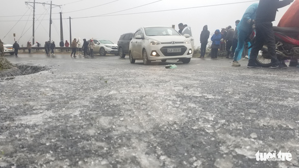 Ôtô, xe máy gặp nạn trên đèo Ô Quy Hồ do mặt đường đóng băng - Ảnh 2.