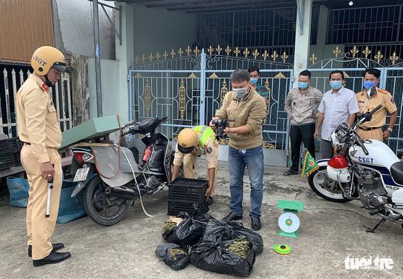 Bắt tạm giam người vận chuyển cần sa dưới vỏ bọc buôn bán rau cải - Ảnh 2.