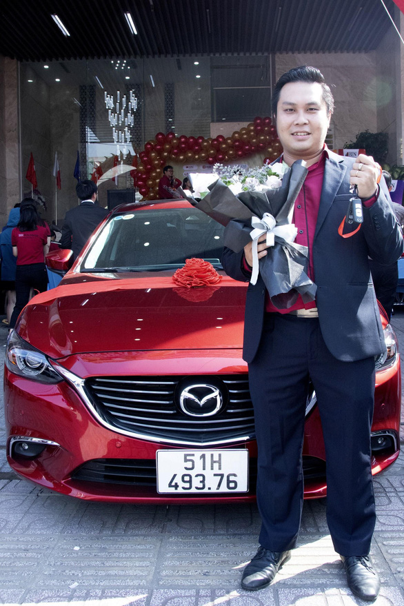 Doanh nghiệp tại TP.HCM thưởng tết xe Mazda 6 cho nhân viên xuất sắc - Ảnh 2.