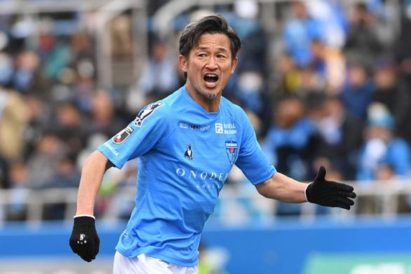 Vua Kazu Miura gia hạn hợp đồng và sẽ thi đấu chuyên nghiệp ở tuổi 54 - Ảnh 1.