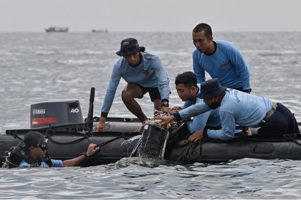 Vụ máy bay rơi tại Indonesia: Bắt đầu trục vớt 2 hộp đen - Ảnh 1.