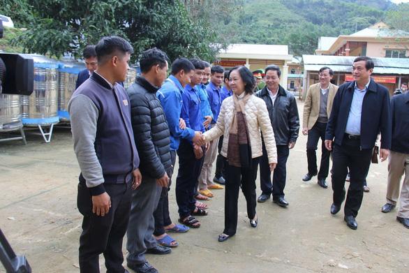 Bà Trương Thị Mai thăm bà con vùng sạt lở ở huyện miền núi Quảng Nam - Ảnh 1.