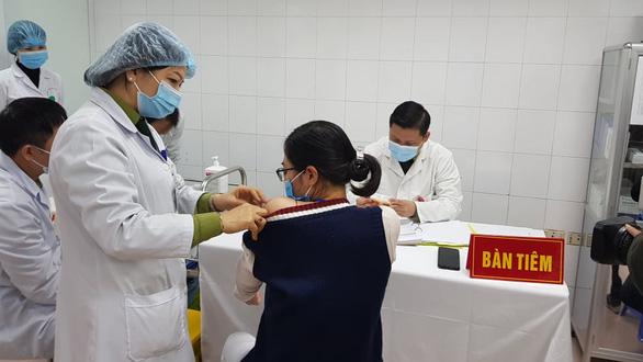 3 nữ tình nguyện viên tiêm thử nghiệm vắc xin ngừa COVID-19 liều cao nhất - Ảnh 1.