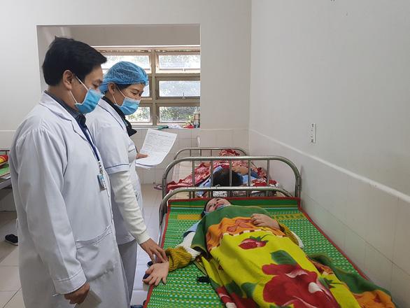 82 công nhân nhập viện sau bữa ăn trưa, nghi do ngộ độc thức ăn - Ảnh 1.