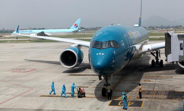 Tạm dừng cấp phép chuyến bay từ Anh, Nam Phi - Ảnh 1.