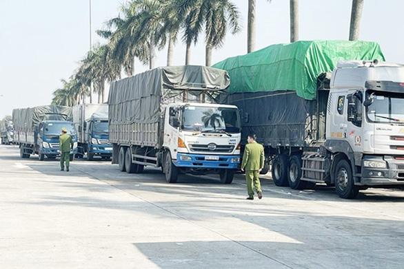 Chặn bắt đoàn xe chở 300 tấn hàng lậu qua địa bàn Hải Dương - Ảnh 1.