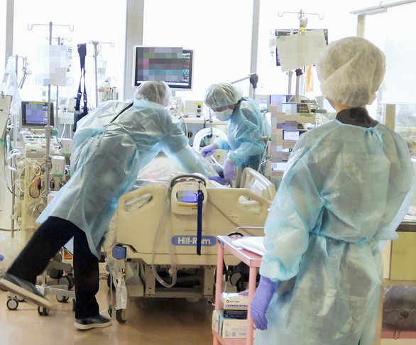 Hơn 6.000 người bệnh COVID-19 ở Tokyo không có chỗ điều trị - Ảnh 1.