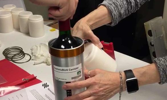 Rượu vang Pháp 'ủ' trên vũ trụ 12 tháng chuẩn bị đáp xuống Trái đất - Ảnh 1.