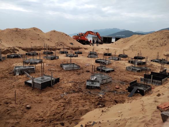 Chưa có giấy phép, doanh nghiệp xây trụ móng băm nát bãi biển Quy Nhơn - Ảnh 2.