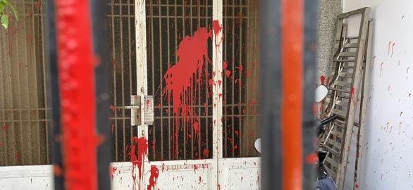 Tạt sơn, ném đá cửa kiếng để đòi nợ ở Bình Hưng Hòa - Ảnh 1.