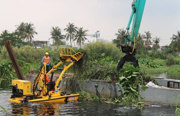 TP.HCM dự kiến chi gần 13 tỉ vớt rác trên sông Vàm Thuật - Ảnh 1.
