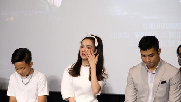 Nhã Phương khóc khi họp báo giới thiệu phim Song song - Ảnh 2.