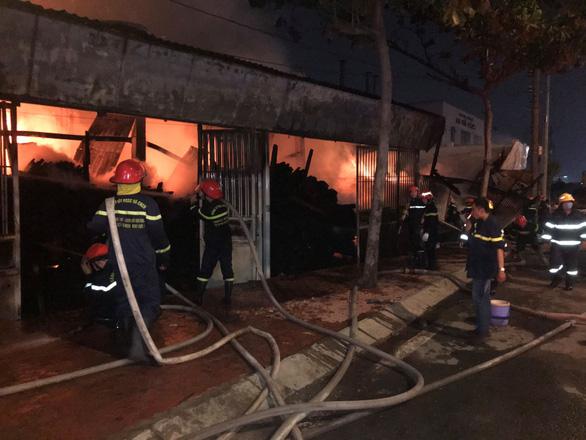 Một xưởng gỗ ở quận 12 đang cháy dữ dội - Ảnh 3.