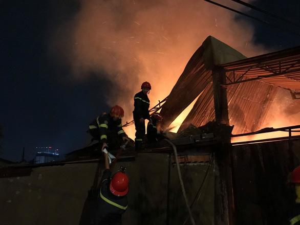 Một xưởng gỗ ở quận 12 đang cháy dữ dội - Ảnh 2.