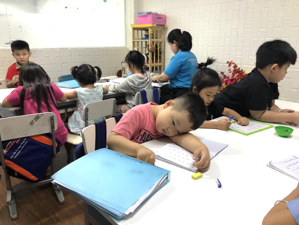 Con lớp lá, sắp vào lớp 1, cha mẹ tất tả tìm lò luyện: Giải mã nỗi lo của phụ huynh - Ảnh 1.