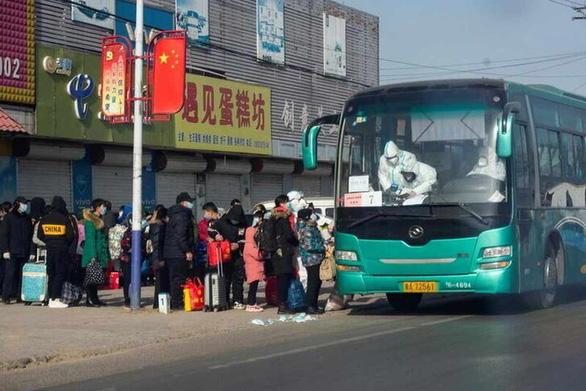 Trung Quốc có ca COVID-19 mới cao nhất 10 tháng, Nhật mở rộng tình trạng khẩn cấp - Ảnh 1.