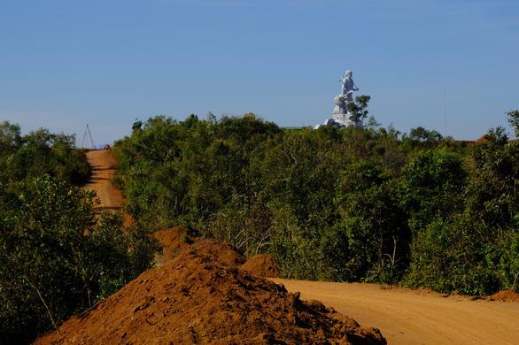 Làm 1km đường dẫn lên tượng đài NTrang Lơng, sao dự chi đến 77 tỉ? - Ảnh 1.