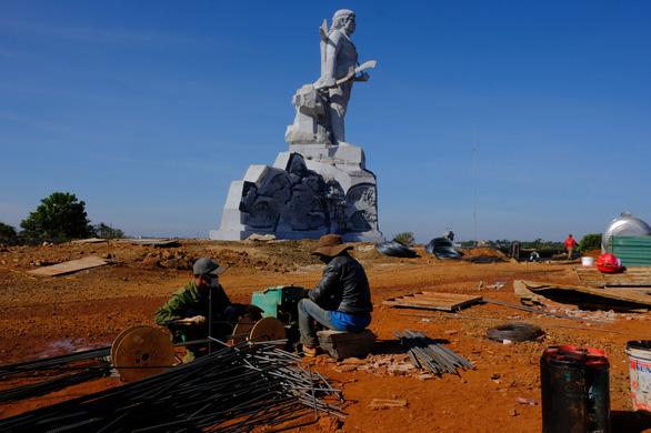 Làm 1km đường dẫn lên tượng đài NTrang Lơng, sao dự chi đến 77 tỉ? - Ảnh 3.
