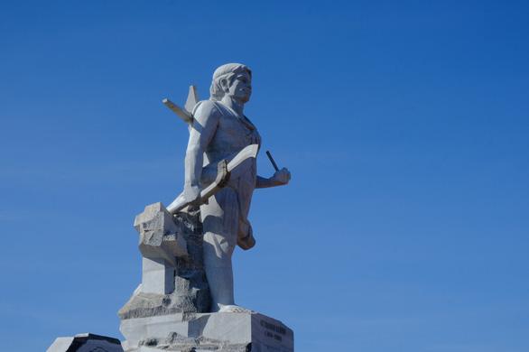 Làm 1km đường dẫn lên tượng đài NTrang Lơng, sao dự chi đến 77 tỉ? - Ảnh 2.